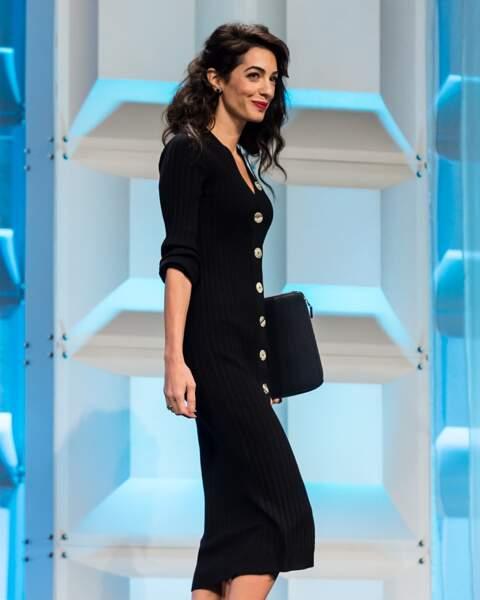 Amal Clooney en tenue de travail : une robe longue, noire à boutons