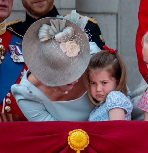 """Kate Middleton console sa fille Charlotte, au balcon de Buckingham, lors de la parade """"Trooping the colour"""" en 2018"""