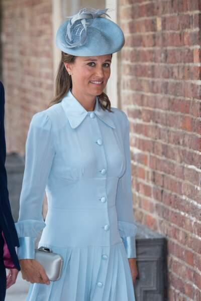 Pippa Middleton dans une robe bleue au baptême du prince Louis