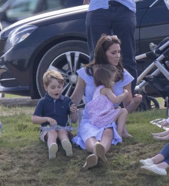 Le prince George et la princesse Charlotte font les petits fous au parc avec Kate Middleton en juin 2018