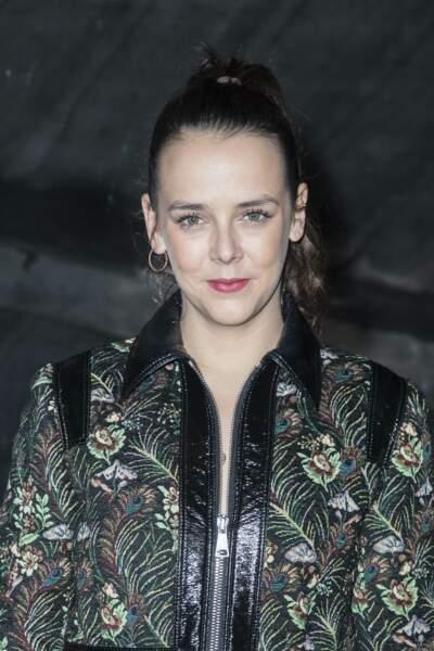 Pauline Ducruet en manteau sombre et bottines de couleur bordeaux