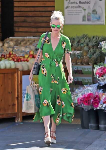 Laeticia Hallyday, en robe verte à imprimé fleuri, fait du shopping à Los Angeles le 1er juin 2018