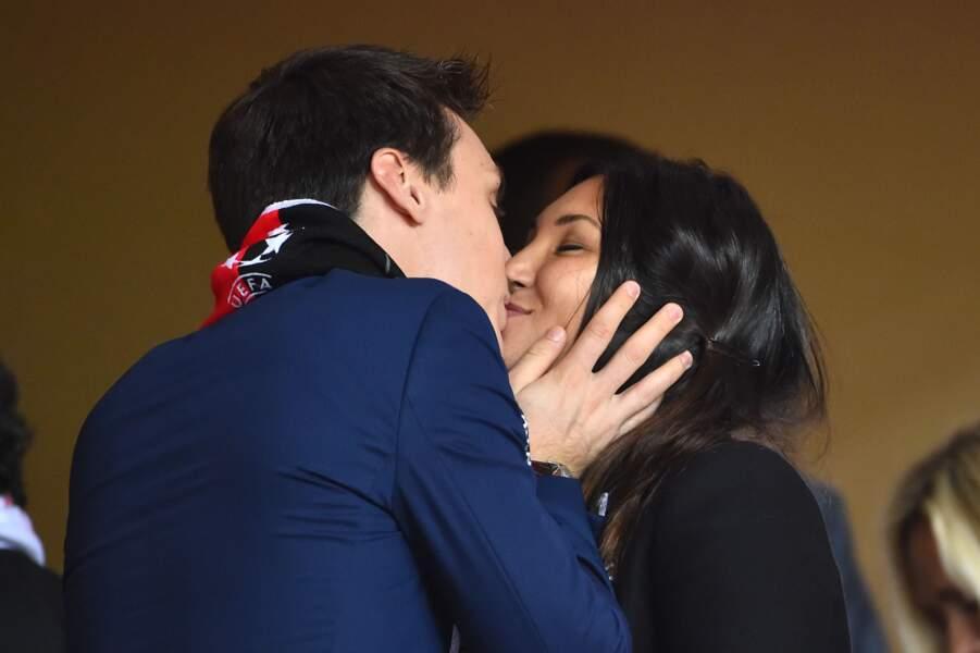 Louis Ducruet embrasse sa fiancée Marie pendant un match du club de football de Monaco