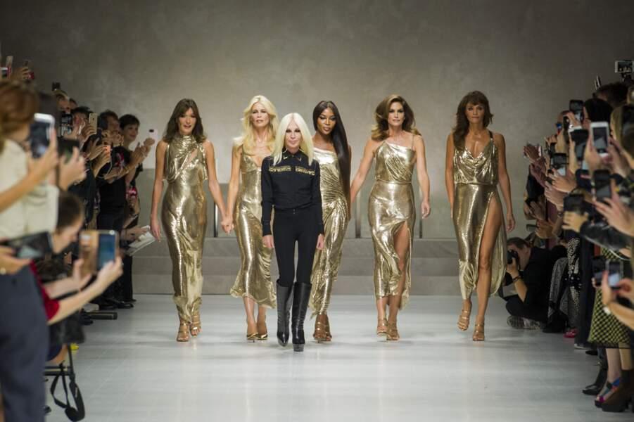 Avec Claudia Schiffer, Naomi Campbell, Cindy Crawford, Helena Christensen et Donatella Versace à Milan en 2017