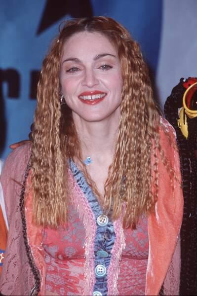 Madonna et ses cheveux longs effet gaufré, pour les Kids Choice Awards en 1998