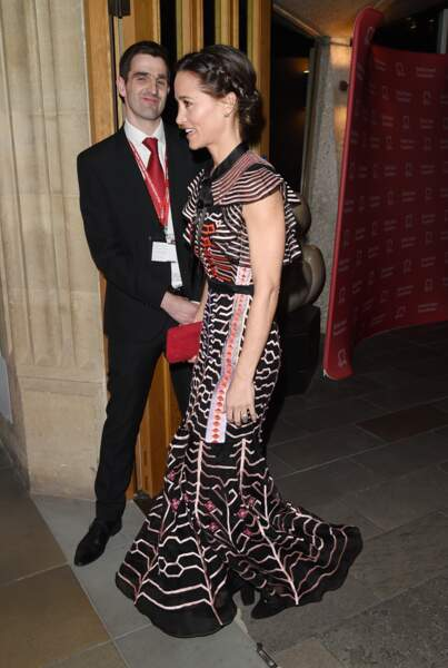 Pippa Middleton élégante dans sa robe colorée, longue et fluide