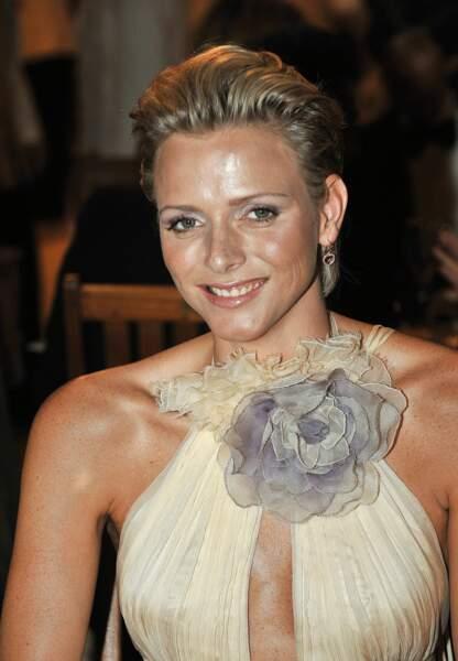Lors du bal de la Croix Rouge en 2008, Charlène de Monaco travaille sa coiffure tout en volume