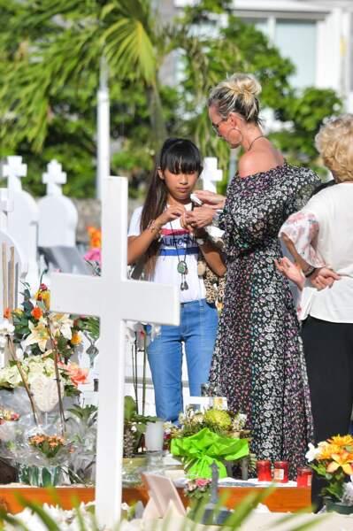 Laeticia et Jade font une dernière visite sur la tombe de Johnny le 15 janvier 2018