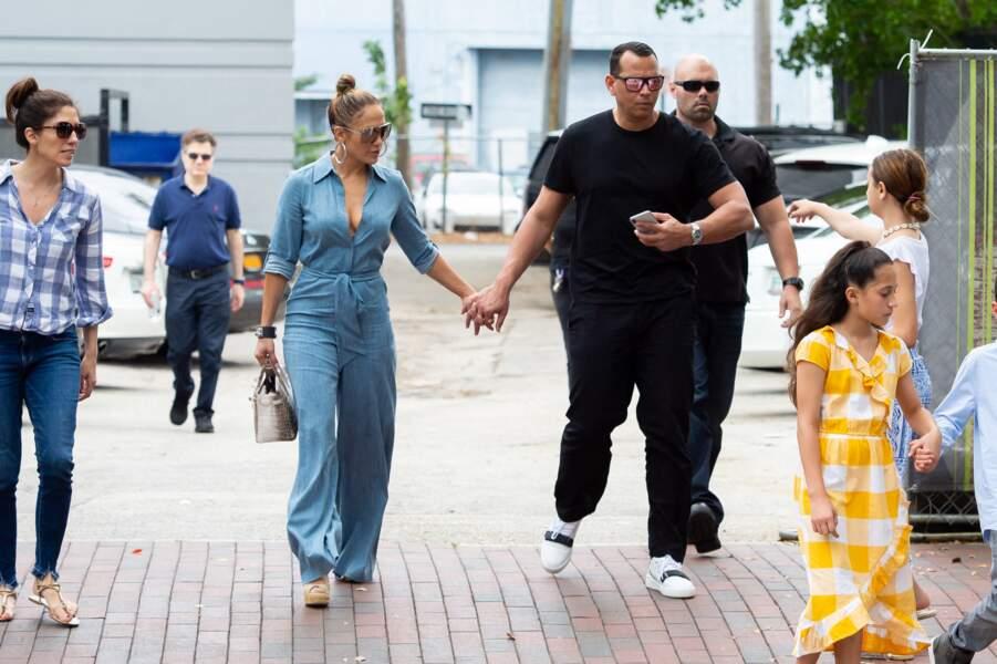 Jennifer Lopez très décolleté, arbore aussi un sac Hermès en croco, à Miami, le 20 avril 2019.