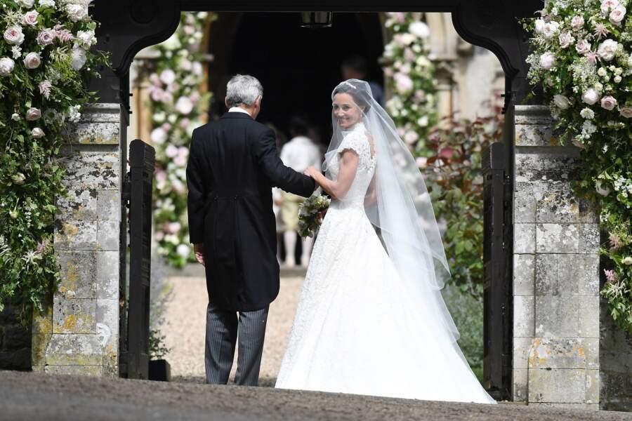Pippa arrive au bras de son père
