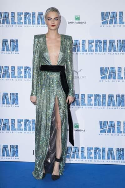Dans sa robe Alexandre Vauthier ultra décolletée, Cara Delevingne dévoile un très beau décolleté tatoué