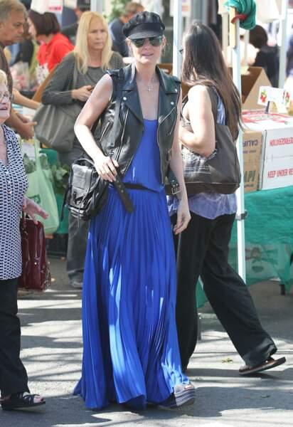 Laeticia Hallyday en robe plissée extra longue et perfecto sans manche à Pacific Palisades en fevrier 2013