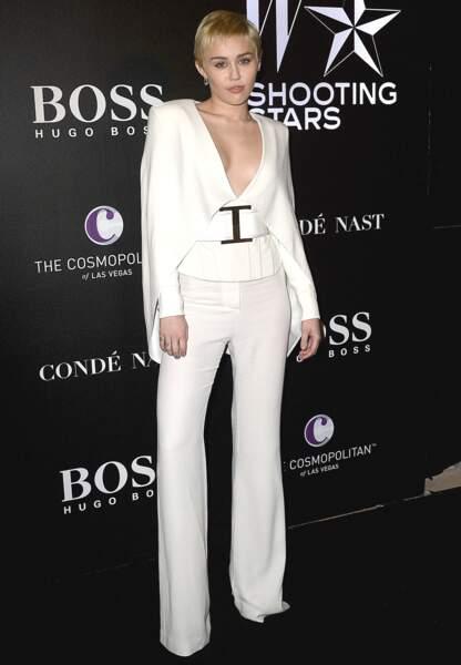Miley Cyrus a su rester classe dans un smoking blanc