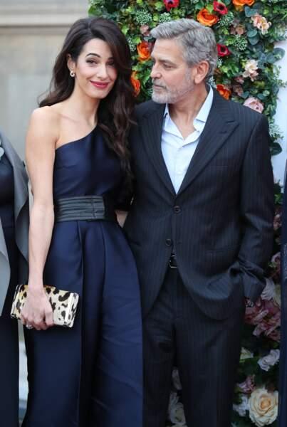 Amal Clooney  sublime avec les cheveux coiffés en side-hair pour dévoiler son épaule et son top asymétrique