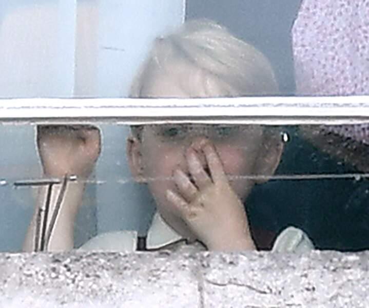 Le Prince George photographié le doigt dans le nez