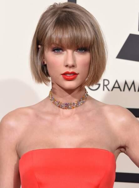 Taylor Swift fait tenir son rouge à lèvres avec de la poudre transparente
