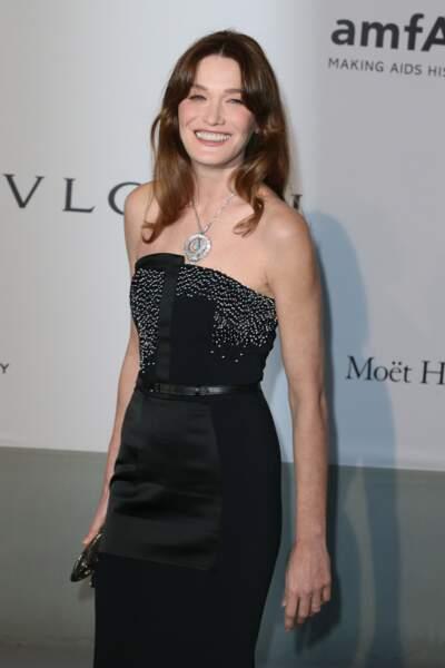 En sublime robe fourreau bustier pour le gala de l'AmfAR à Cannes en 2014