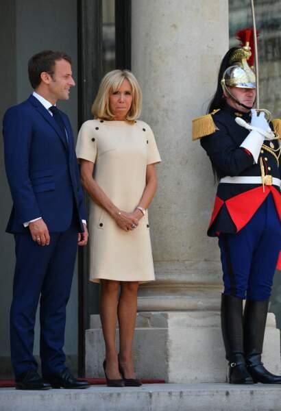 Pour compléter son look, Brigitte Macron portait une paire d'escarpins de couleur noire
