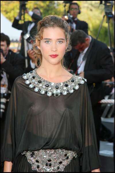 La séduisante Vahina Giocante n'a pas pensé au soleil qui percerait sa jolie tunique au festival de Cannes 2006.