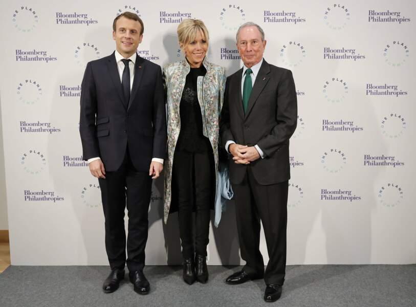 Brigitte Macron avec son manteau Louis Vuitton collection printemps/été 2018