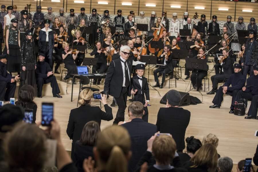 Lors de la présentation de la collection des métiers d'art à la Philharmonie de l'Elbe à Hambourg