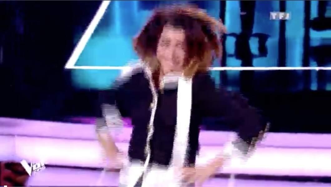 Jenifer porte une veste blanche et noire à 2150 €