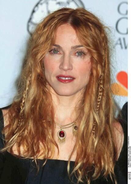 Madonna en cuivré, avec un mélange de cheveux flous et tresses aux Golden Globes en 1998