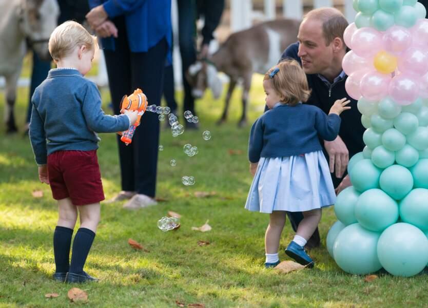 Le Prince George découvre les bulles, en visite au Canada