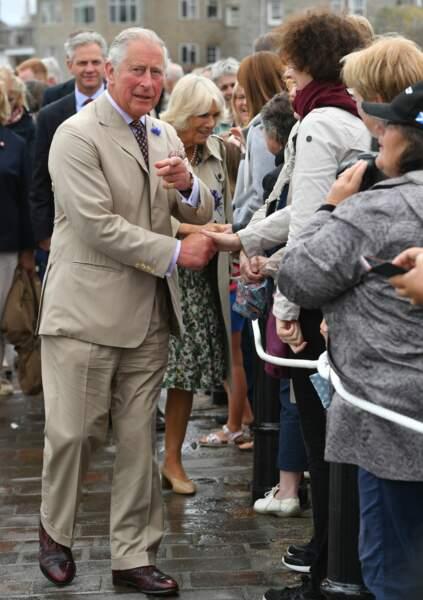 Le prince Charles a profité de l'anniversaire de Camilla Parker Bowles pour s'offrir un bain de foule ce 17 juillet