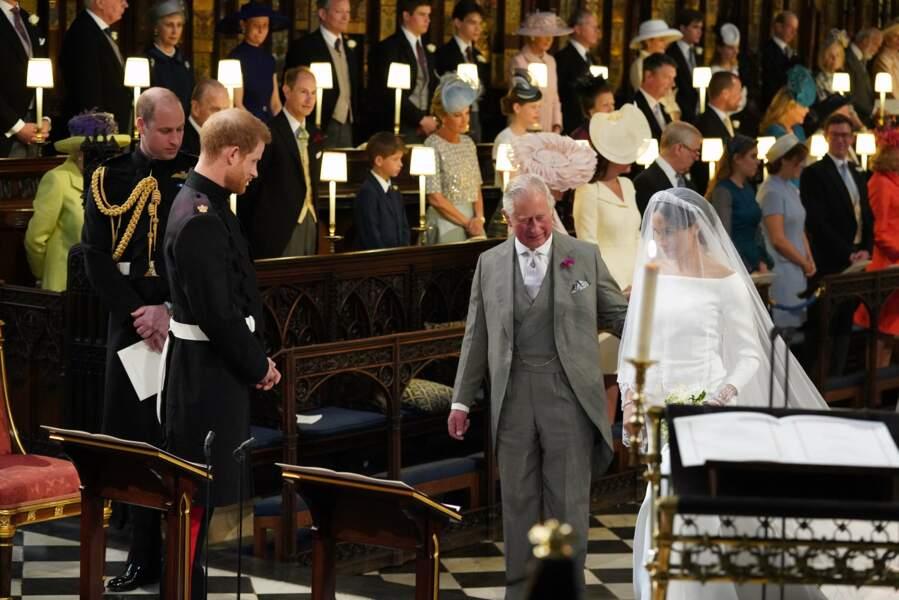Charles accompagne Meghan à l'autel de la chapelle St George lors de son mariage avec Harry, le 19 mai 2018