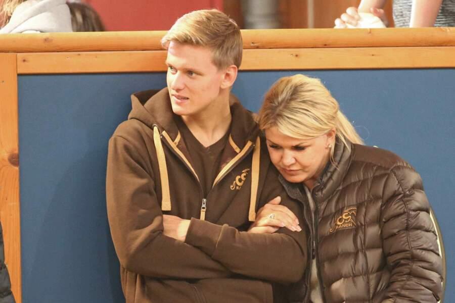 Plusieurs fois pendant la soirée, Corinna Schumacher s'est reposée sur le jeune Mick