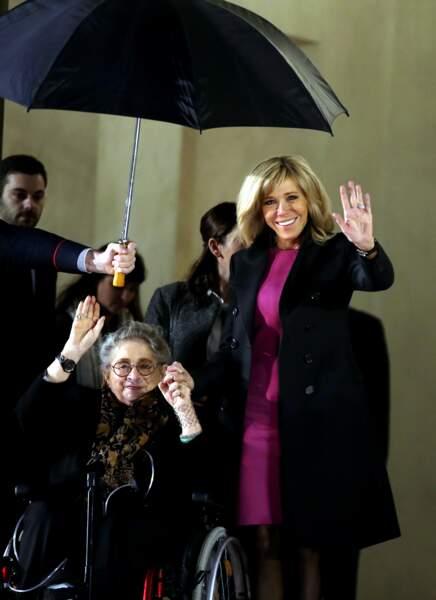 Brigitte Macron et la Première dame israélienne Nechama Rivlin saluent les photographes