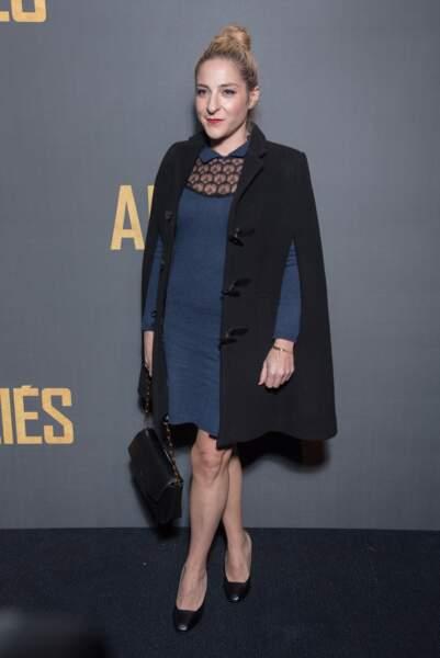 """En novembre 2016, en manteau cape, coiffée d'un chignon chic pour la première du film """"Alliés"""" à Paris"""