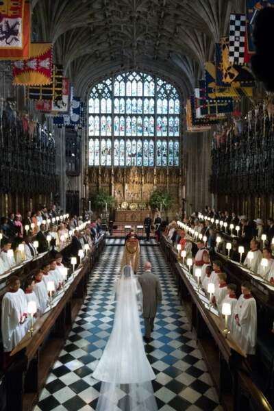 Meghan, au bras du prince Charles, fait son entrée en la chapelle Saint-George pour son mariage, le 19 mai 2018