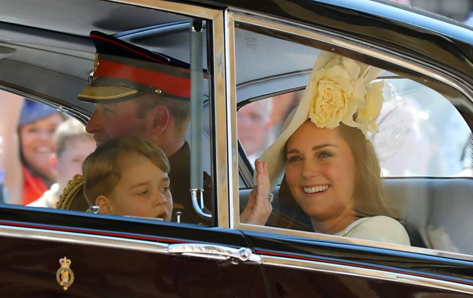 Kate Middleton accompagnée de toute sa petite famille, salue avec sa jolie bague