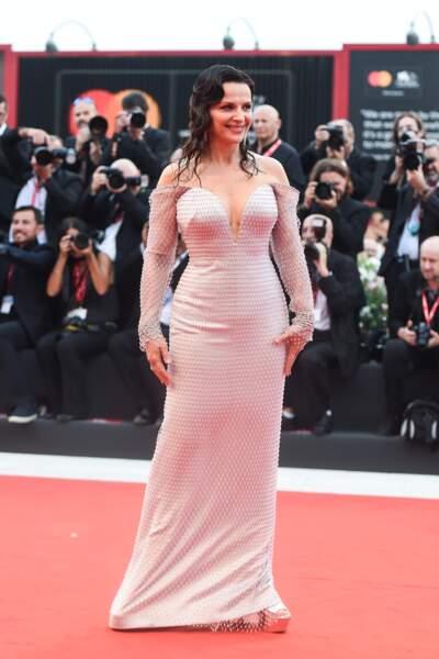 Juliette Binoche portait une robe pastel signée Armani Privé