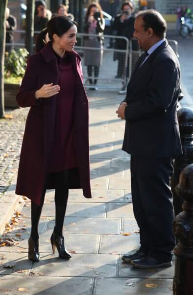 Meghan Markle très souriante adopte un look de duchesse en col claudine