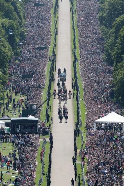 Le couple est escorté par le Régiment de cavalerie de la Maison royale.