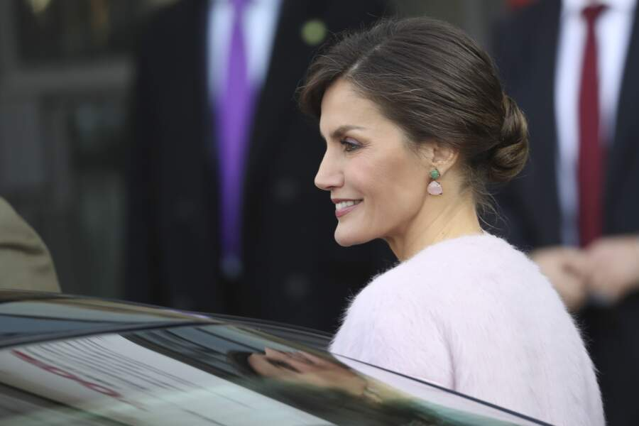 La reine Letizia d'Espagne avec son petit chignon bas et so side-hair