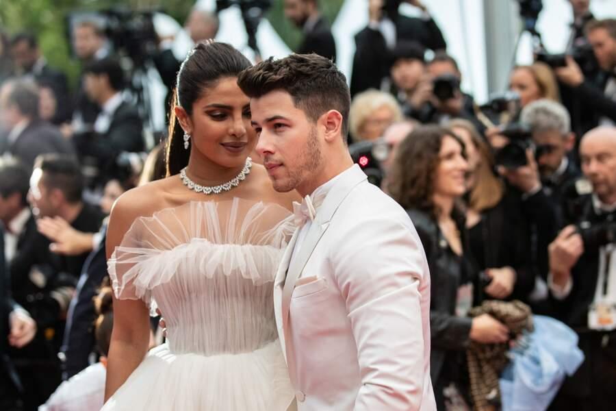 Nick Jonas (en costume blanc Berluti) et Priyanka Chopra, sur le tapis rouge le 18 mai 2019 à Cannes