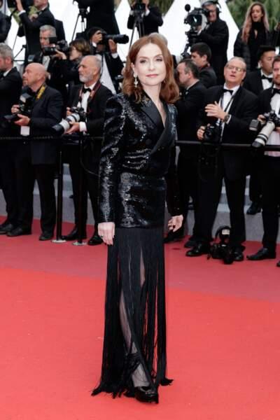 Isabelle Huppert à Cannes 2018 est habillée par Saint Laurent avec une jupe à franges, hypnotique !