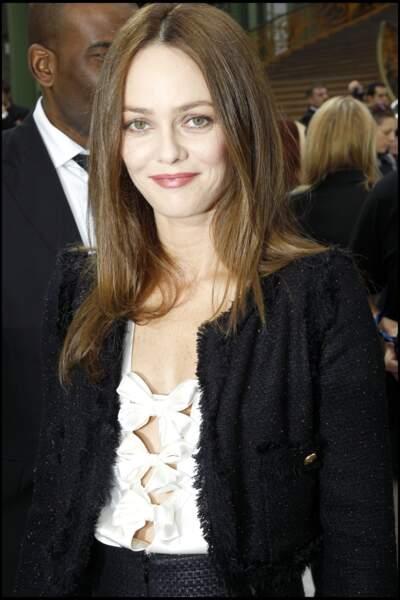Vanessa Paris cheveux lissés et faux carré chez Chanel en 2011