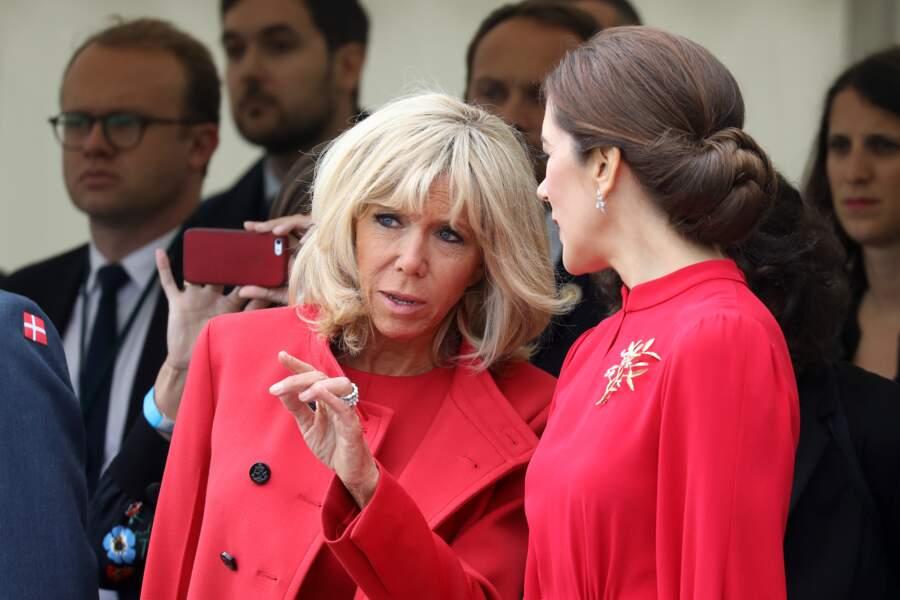Brigitte Macron et Mary du Danemark accordent leurs couleurs, Brigitte Macron en rouge Louis Vuitton