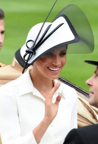 Meghan Markle en robe Givenchy et chapeau Philip Tracy