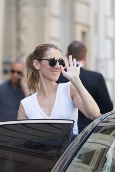 La chanteuse salue ses fans depuis le Royal Monceau à Paris