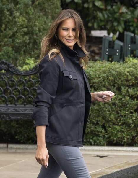 Melania Trump, tout sourire, rejoint son mari sous la pluie
