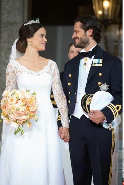 Le regard énamouré que porte Carl-Philip à sa jeune épouse ferait fondre n'importe quelle femme