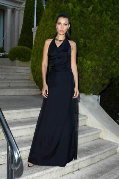 Bella Hadid dans une robe Dior bleu nuit, bijoutée par de Grisogono