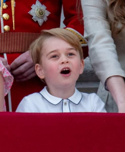 Futur chef des armées, le petit garçon est déja fasciné par les uniformes.