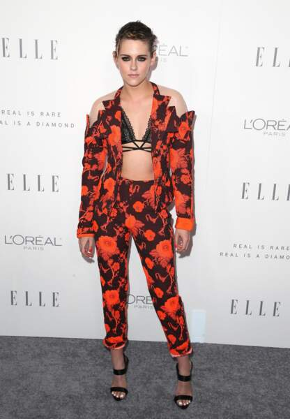 L'actrice a opté pour une veste de costume noire et orange imprimée révélant ses épaules et son dos.